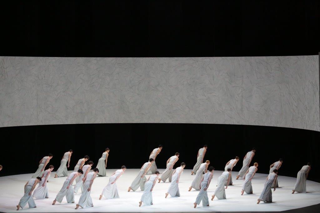 Mahler 10, scenografia di Burke Brown, costumi di Susanne Stehle