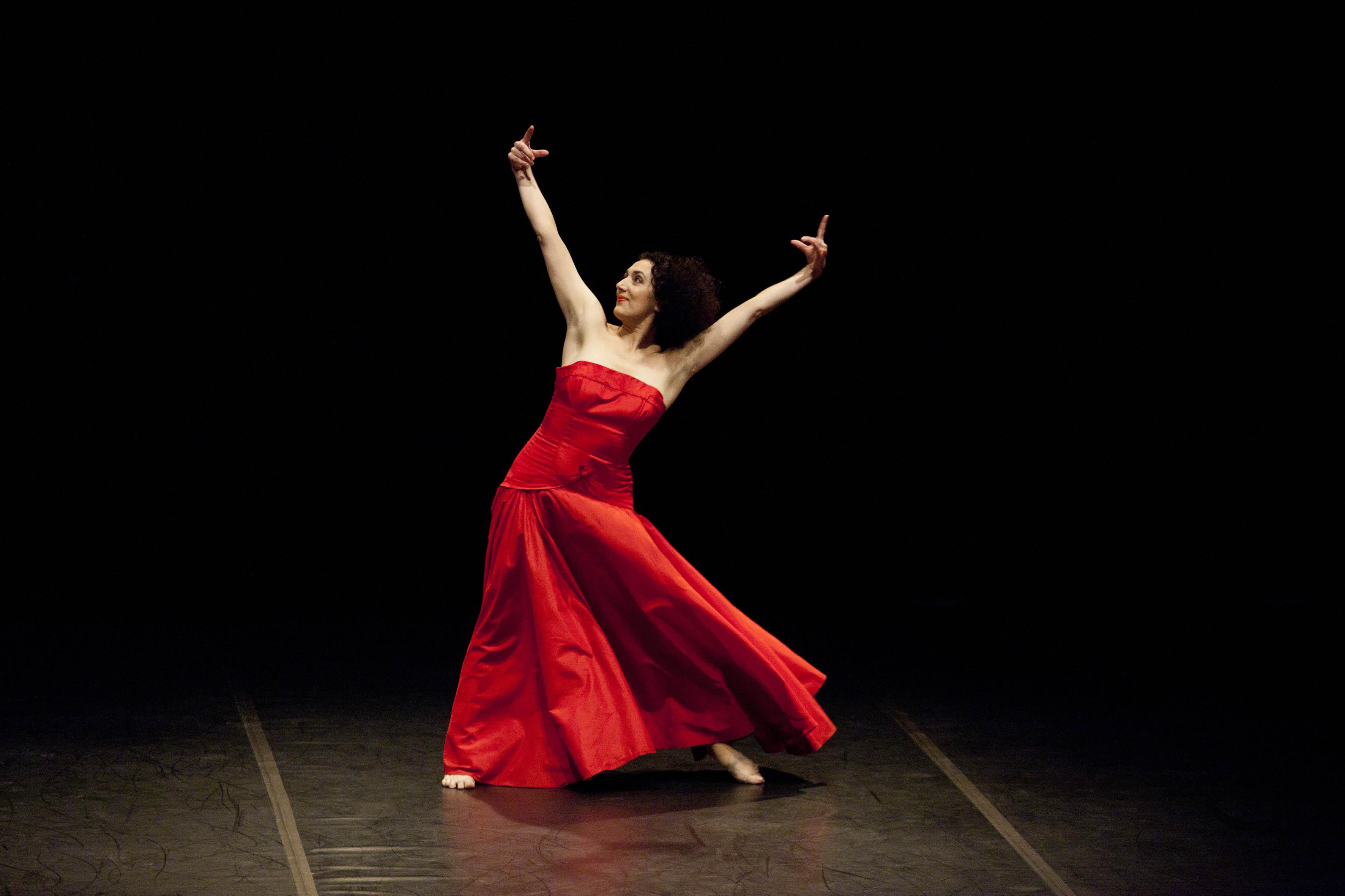 """Roma, Auditorium Parco della Musica 15 02 2010. Equilibrio - Festival della nuova danza. Omaggio a Pina Bausch, Cristiana Morganti in """"Moving with Pina"""". ©Musacchio & Ianniello"""
